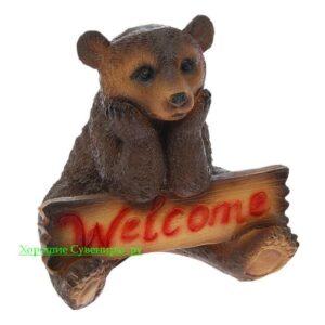 Медведь сидя с табличкой