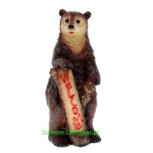 "Медведь с табличкой ""welcome"""