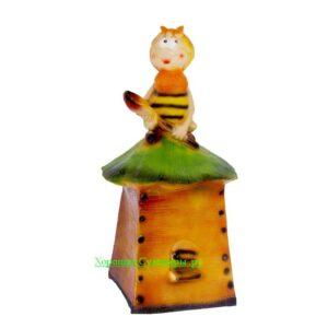 Пчела на улье сидя большая