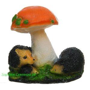 Семья ежей под грибом